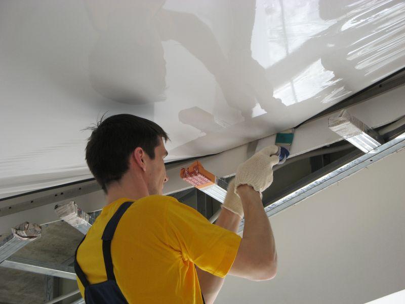 установка натяжного потолка при помощи гарпунной системы