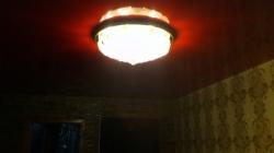 Установка красного потолка с одной точкой освещения - люстрой-2