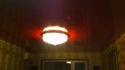 Установка красного потолка с одной точкой освещения - люстрой