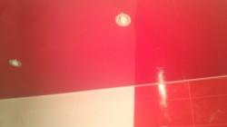 Установка красного потолка в ванной